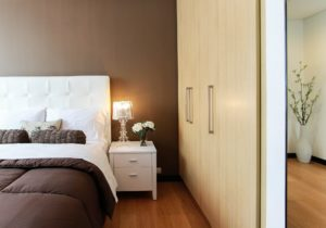 Ook op de slaapkamer passen kasten met draaideuren