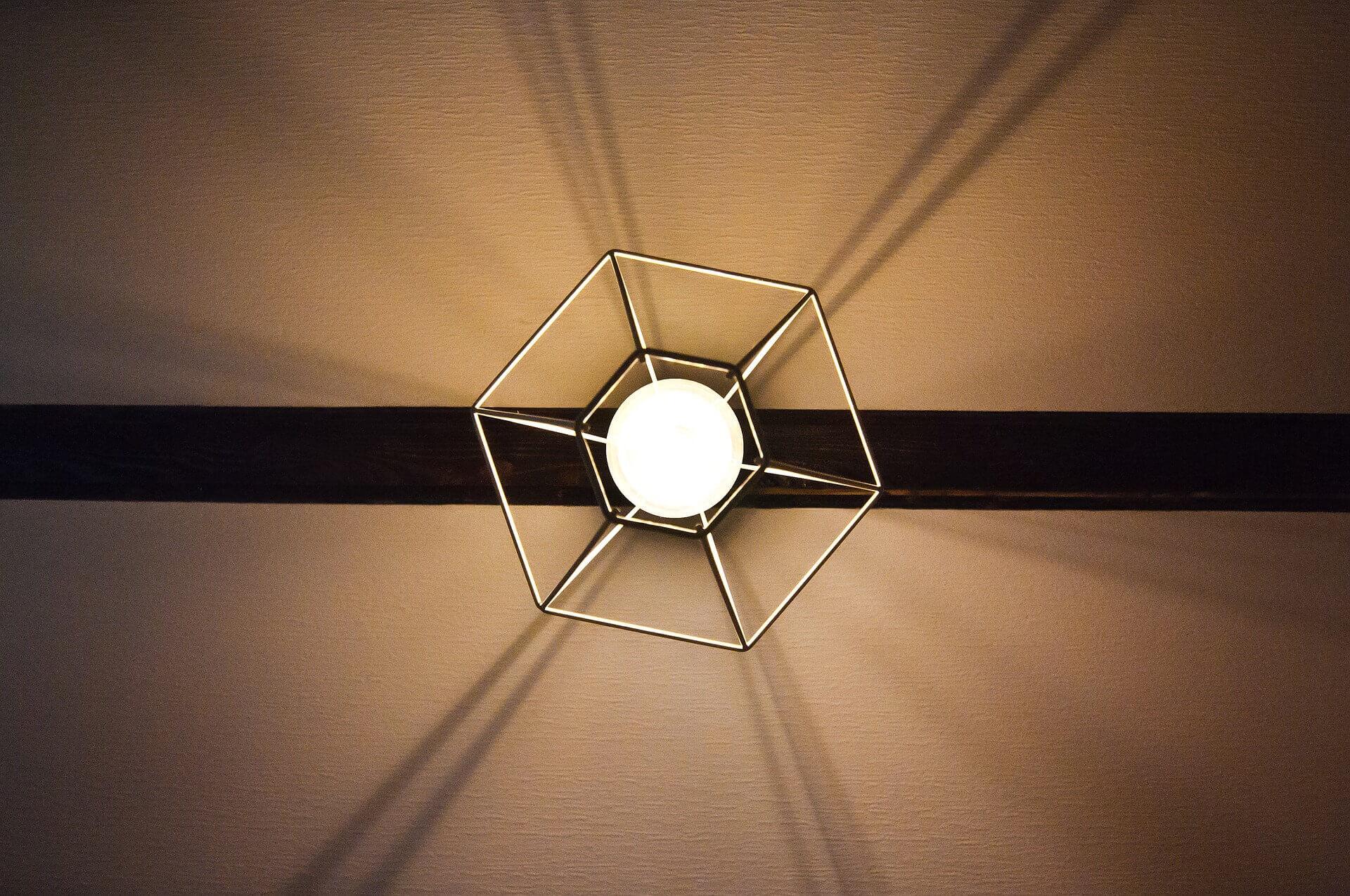 Zelf je lampen ophangen doe je zo